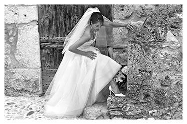 photographe mariage en noir et blanc une mariee a Perouges lyon
