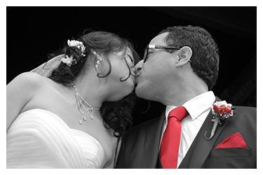 photographe de mariage a lyon en noir et blanc cravate et pochette du marie seulement en couleur