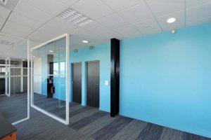 espace entreprise start up avec mur colore