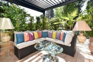 salon avec banquette dans veranda moderne