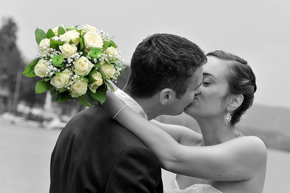 photo de couple les maries en noir et blanc bouquet en couleur