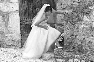photo en noir et blanc a perouges mariee seule