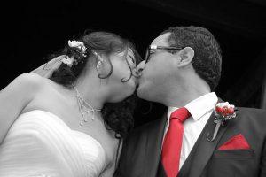 maries sortie mairie photo en noir et blanc cravate du marie en couleur